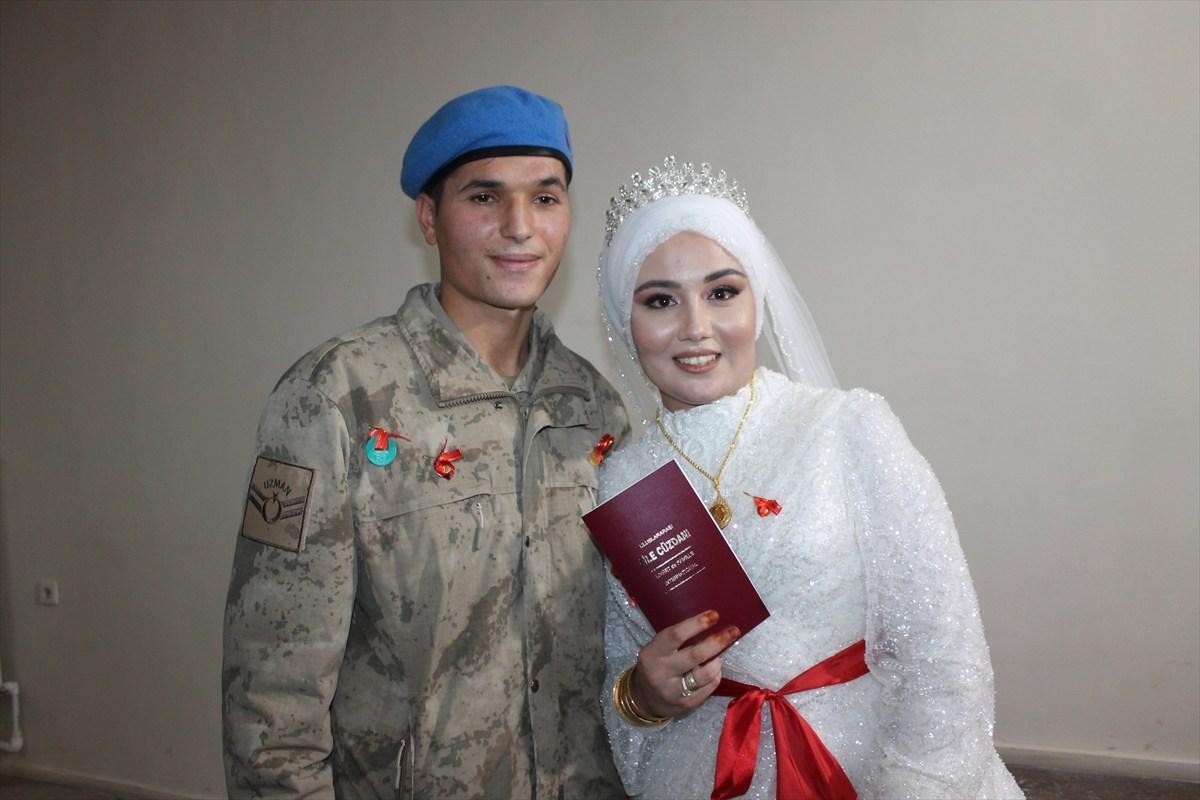 Nikah törenine damatlık yerine askeri üniformasıyla katıldı