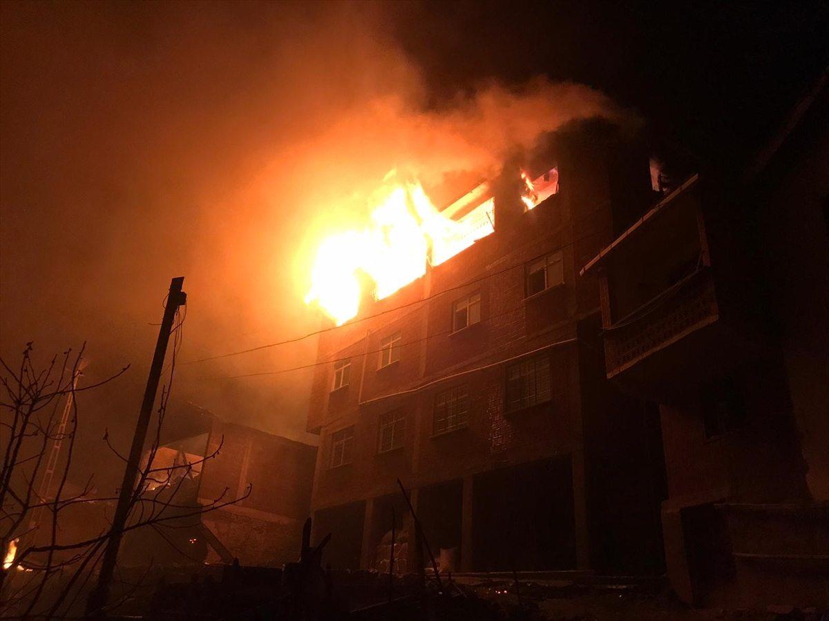 Trabzon'un Araklı ilçesindeki yangına müdahale ediliyor