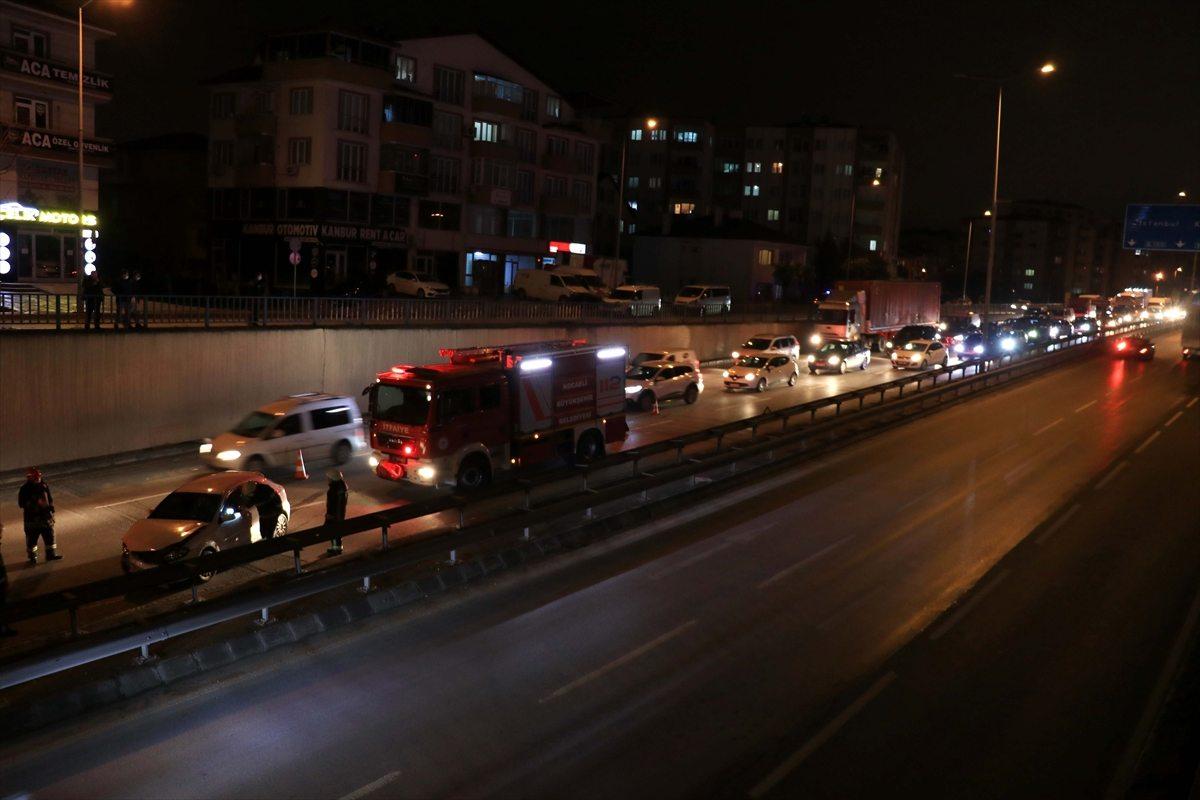 Kocaeli'de D-100 Karayolundaki trafik kazası nedeniyle uzun araç kuyruğu oluştu