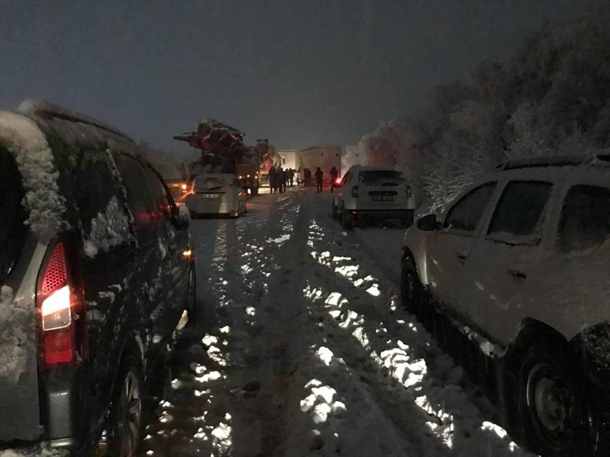 Sivas-Tokat kara yolu yoğun kar yağışı dolayısıyla trafiğe kapandı