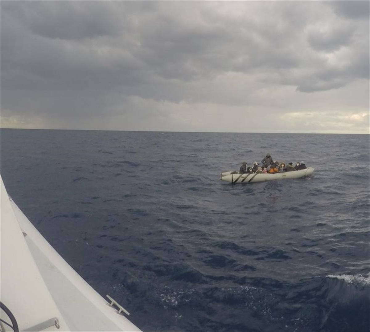 Muğla açıklarında lastik bottaki 16 göçmen kurtarıldı