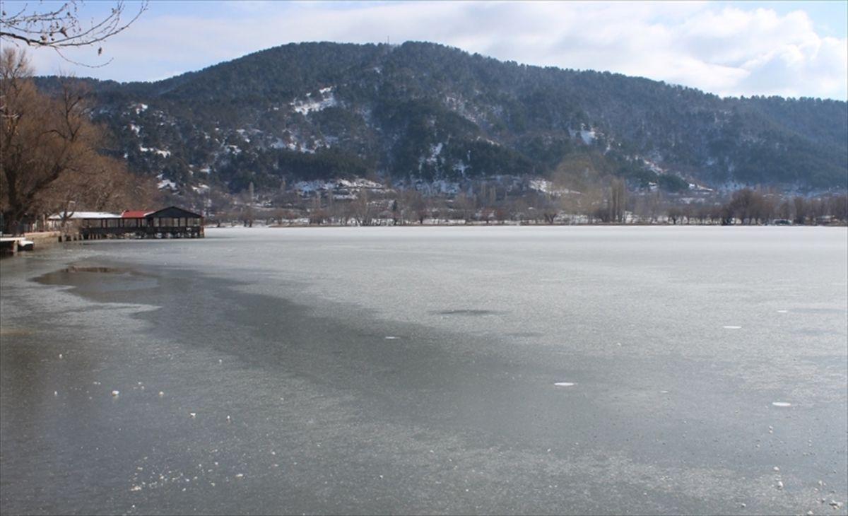 İzmir'deki Gölcük Gölü buz tuttu