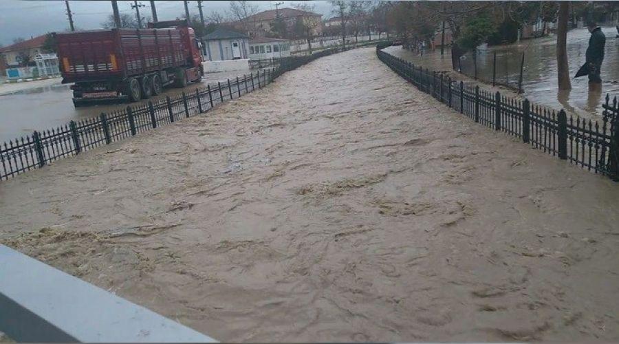 Edirne'de sağanak nedeniyle Enez-İpsala kara yolu trafiğe kapatıldı
