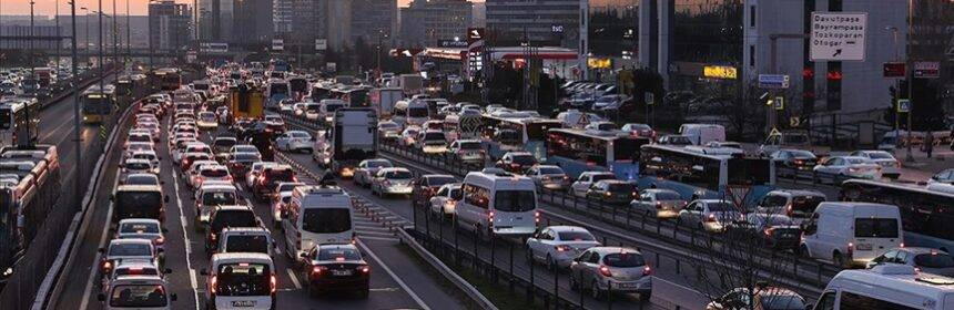 İstanbul'da sokağa çıkma kısıtlaması öncesi trafikte yoğunluk yaşanıyor