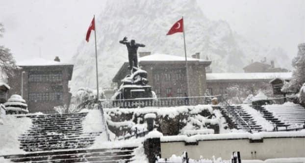 Afyonkarahisar'da kar yağışı etkisini sürdürüyor