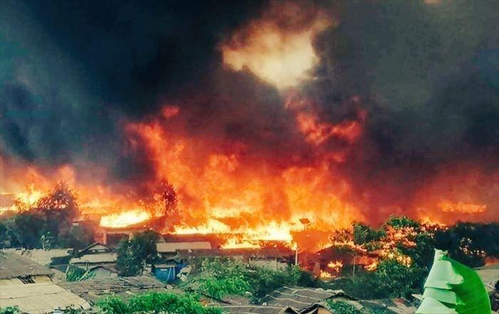 Bangladeş'te Arakanlı Müslüman mülteci kampında yangın