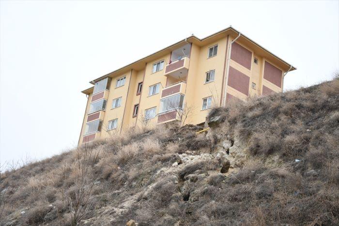 Çorum'da toprak kayması nedeniyle 3 bina tahliye edildi