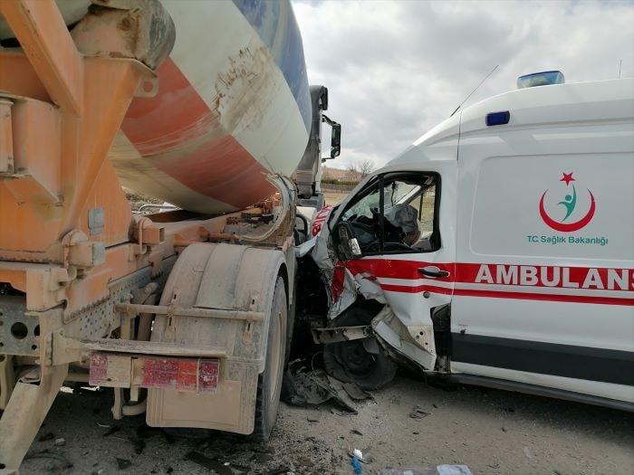 Elazığ'da ambulans beton mikser ile çarpıştı