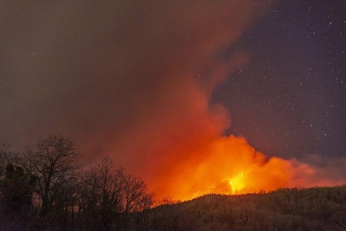 İtalya'da Etna Yanardağı lav püskürtmeye başladı