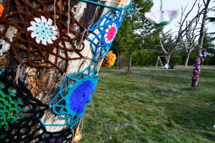 Isparta'da kuruyan ağaçlar el örgüleriyle renklendi