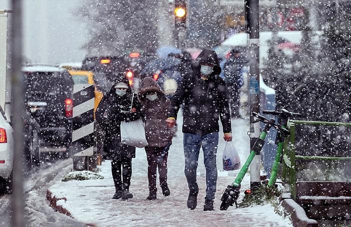 İstanbul'da kar yüzünü gösterdi