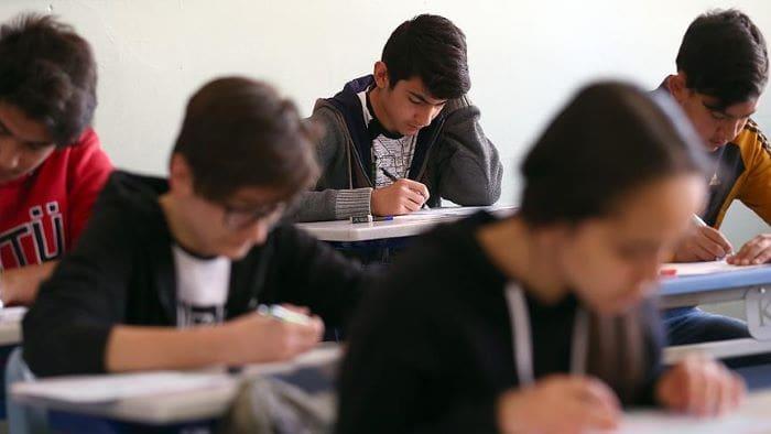 Liselerde yüz yüze sınavlar 3 Mayıs'a ertelendi