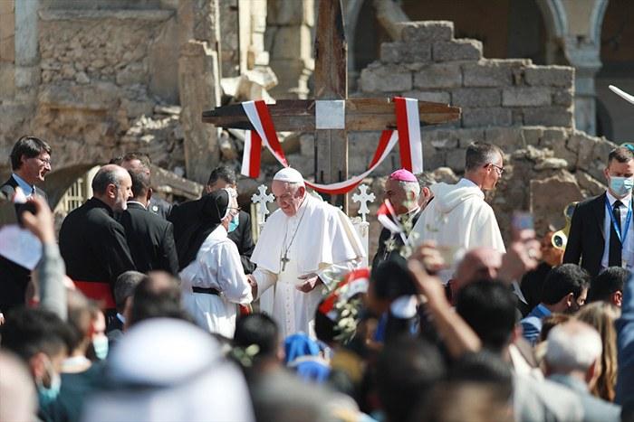 Papa Irak'ta sünnileri görmezden geldi
