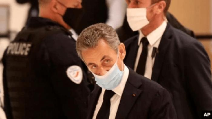 """Sarkozy'ye """"yolsuzluk"""" suçundan 3 yıl hapis cezası verildi"""