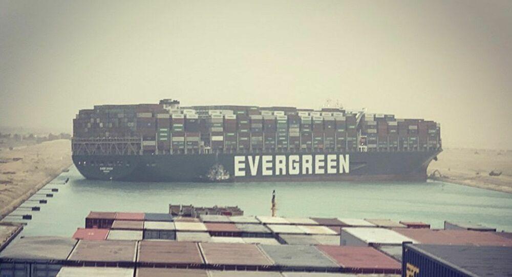 Süveyş'i kapatan dev gemi yüzdürüldü
