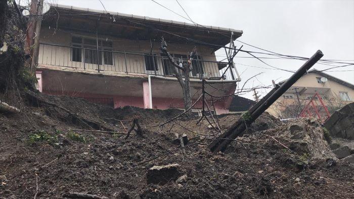 Zonguldak'ta toprak kayması sonucu istinat duvarı çöktü