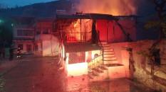 Amasya'da iki katlı ahşap ev yandı