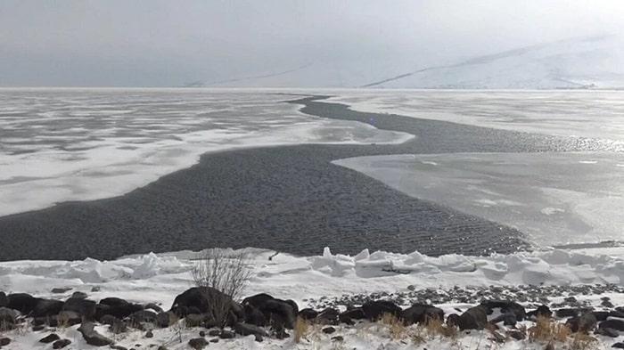 Çıldır Gölü'ndeki buzlar erimeye başladı