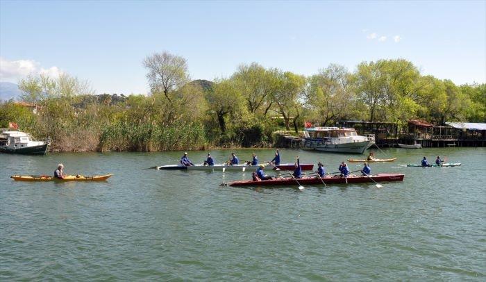 Muğla'da kürek ve kano sporcuları doğayla baş başa kürek çekti