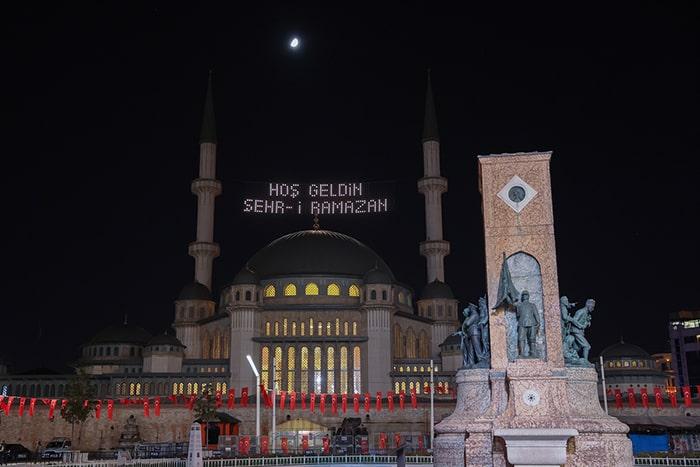 Taksim Camii'nde ilk kez ramazan mahyası