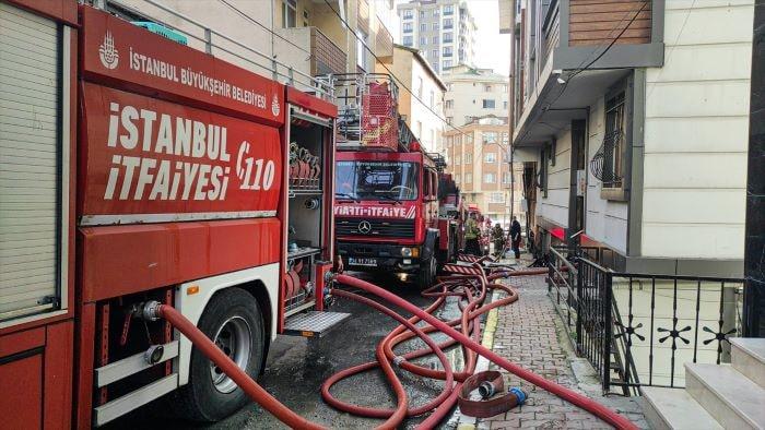 Eyüpsultan'da bir binanın çatısında yangın çıktı