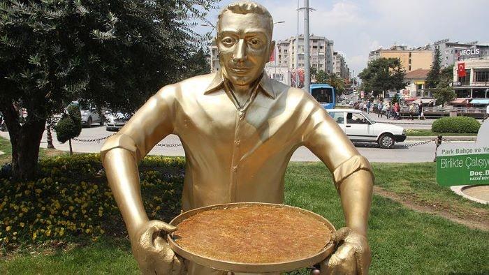 """Hatay'da """"Künefe çeviren adam"""" heykeli tekrar yerinde"""