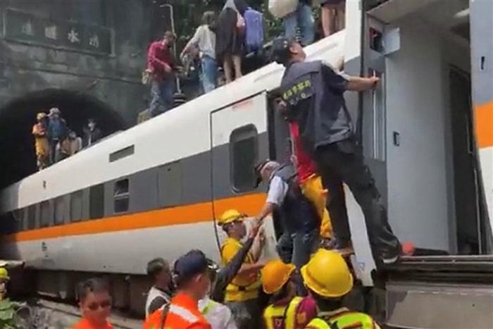 Tayvan'da tren raydan çıktı: 48 ölü