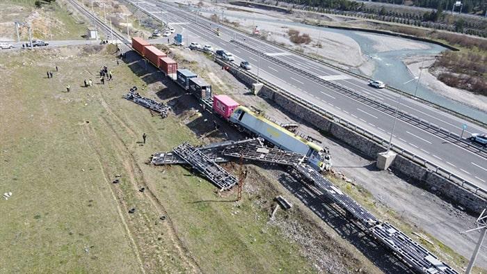 Yük trenleri çarpıştı: 2 makinist yaralı