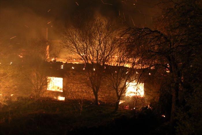 Uşak'ta çıkan yangında 2 ev kullanılamaz hale geldi
