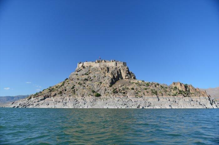 Pertek Kalesi; mavi suların ortasında tarihi bir kale
