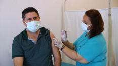 Sağlık çalışanlarının eşlerine Kovid-19 aşısı yapılıyor