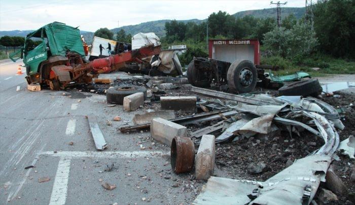 Amasya'da hurda araç yüklü tır devrildi