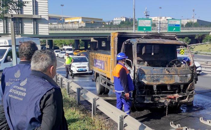 Bakırköy'de seyir halindeyken yanan İBB aracı söndürüldü