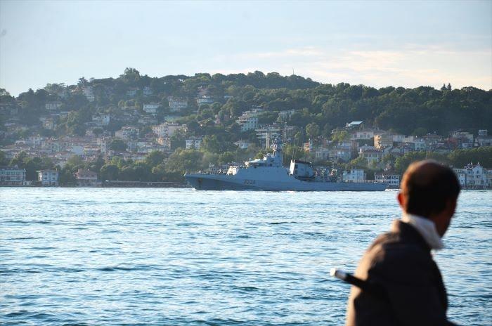 İngiliz savaş gemisi İstanbul Boğazı'ndan geçiş yaptı