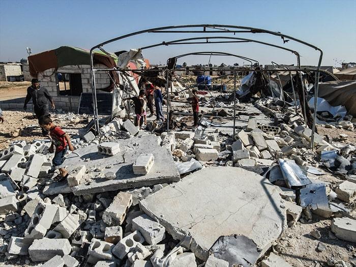 Esed rejimi mülteci kampına topçu saldırısı düzenledi