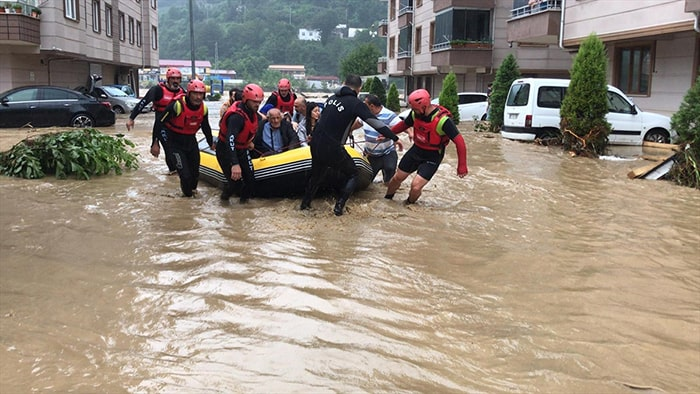 Mahsur kalan vatandaşlar botlarla kurtarıldı