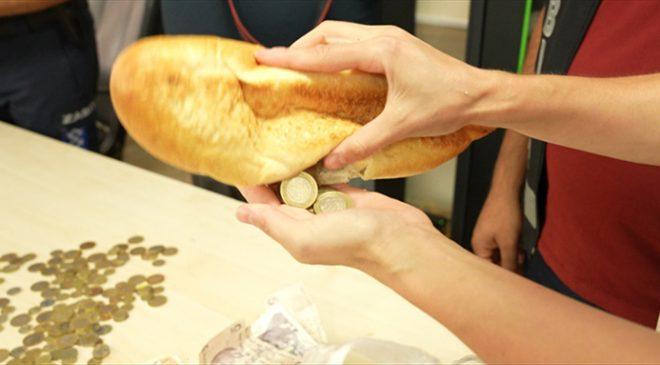 Dilenci parasını ekmeğe saklamış