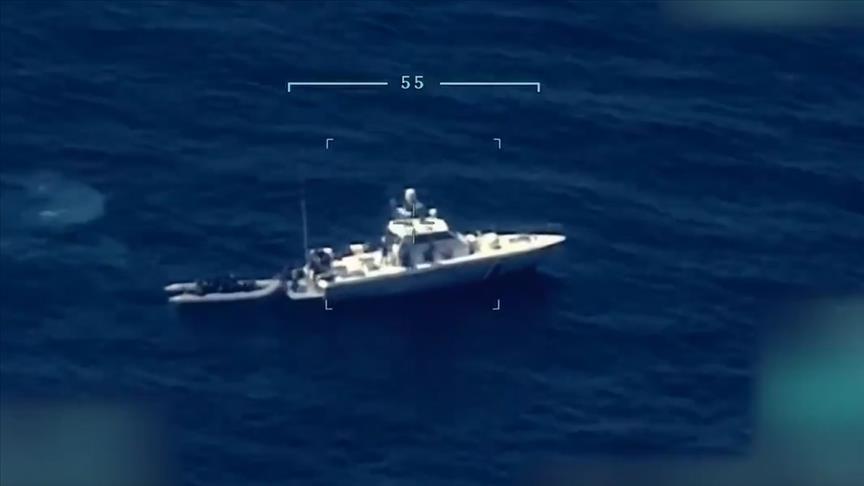 Yunanlar zorla botlara bindirip Türk karasularına itti