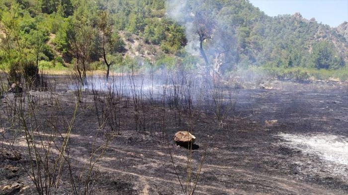 Mersin'de çalılıkta çıkan yangın ormana sıçramadan kontrol altına alındı