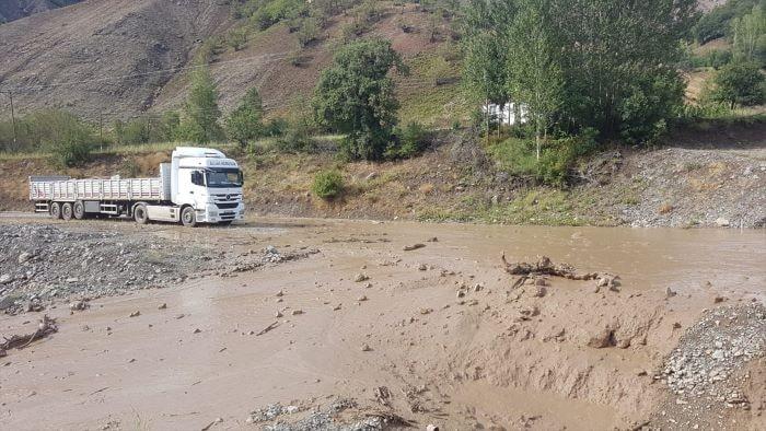 Yedisu-Karlıova kara yolu sel nedeniyle ulaşıma kapandı