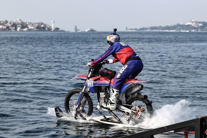 Özel yapım motosikletle su üzerinde Boğaz'ı geçti