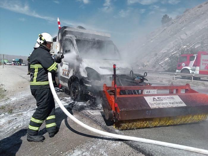 Kırıkkale'de yanan yol süpürme aracı hasar gördü