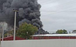 Kocaeli'de raf fabrikasında yangın çıktı